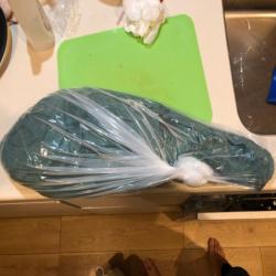 魚を包む緑の紙は包装するさい衛生的です